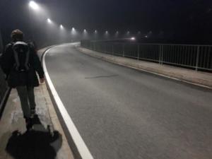 vers le barrage dans la nuit tombée.