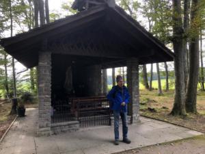 Chapelle au coin de la forêt avant